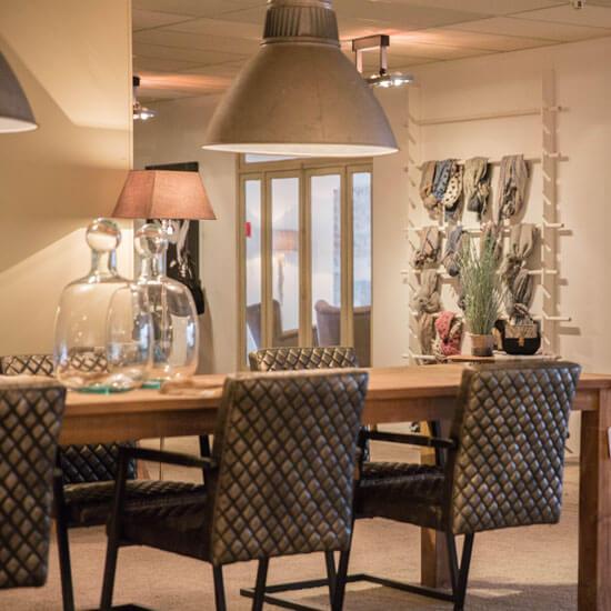 assortiment verlichting en de mooiste eetkamertafels en stoelen